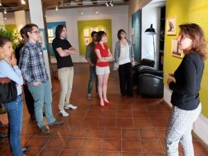Charlotte Contesse, conservatrice de la Maison du dessin de presse, avec les étudiants de la Fondation.